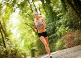 Marianne Krug - Ärztin - Hormoncoach werden - Seminare - Frankfurt - Hormone - Therapie - Frau joggt im Wald